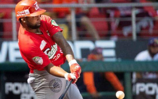 Jesús López con 2 hits ante Puerto Rico en Serie del Caribe
