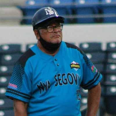 Apolinar Cruz como coach de Nueva Segovia en el Pomares 2021